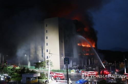 Hàn Quốc: Nín thở chờ phép mầu cho lính cứu hỏa kẹt trong tòa nhà cháy - Ảnh 1.