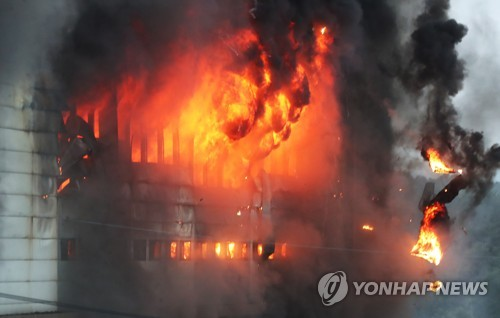 Hàn Quốc: Nín thở chờ phép mầu cho lính cứu hỏa kẹt trong tòa nhà cháy - Ảnh 2.