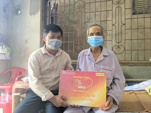 Mai Vàng nhân ái thăm tiến sĩ Huỳnh Công Bá - Ảnh 1.