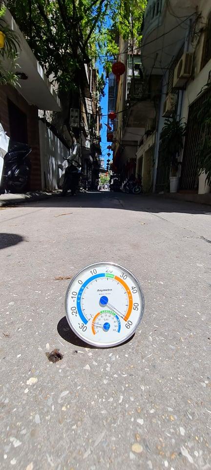 Hà Nội nắng nóng đặc biệt gay gắt, nhiệt độ ngoài trời có thời điểm lên đến 60 độ C - Ảnh 2.