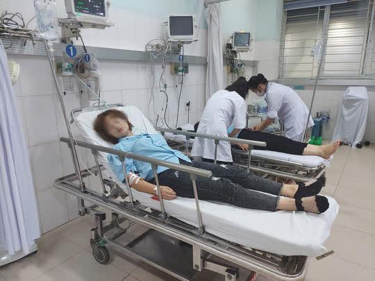 Hàng chục công nhân nhập viện sau bữa tối - Ảnh 1.