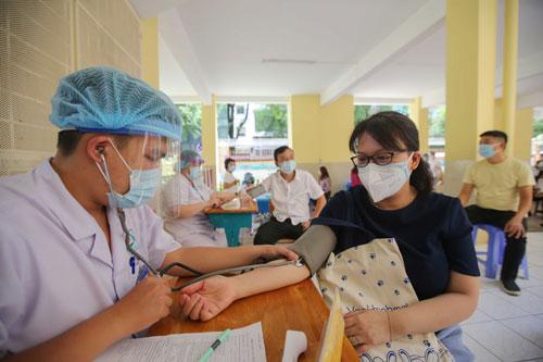 Xây dựng chiến dịch tiêm vắc-xin thần tốc - Ảnh 1.