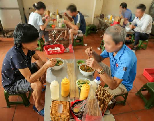 CLIP: Hàng quán Hà Nội tấp nập đón khách trở lại, chủ quán mừng ra mặt - Ảnh 6.