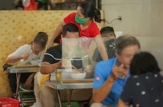 CLIP: Hàng quán Hà Nội tấp nập đón khách trở lại, chủ quán mừng ra mặt - Ảnh 7.
