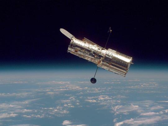 Kính viễn vọng không gian Hubble hư  bí ẩn, NASA 3 lần sửa không thành công - Ảnh 1.