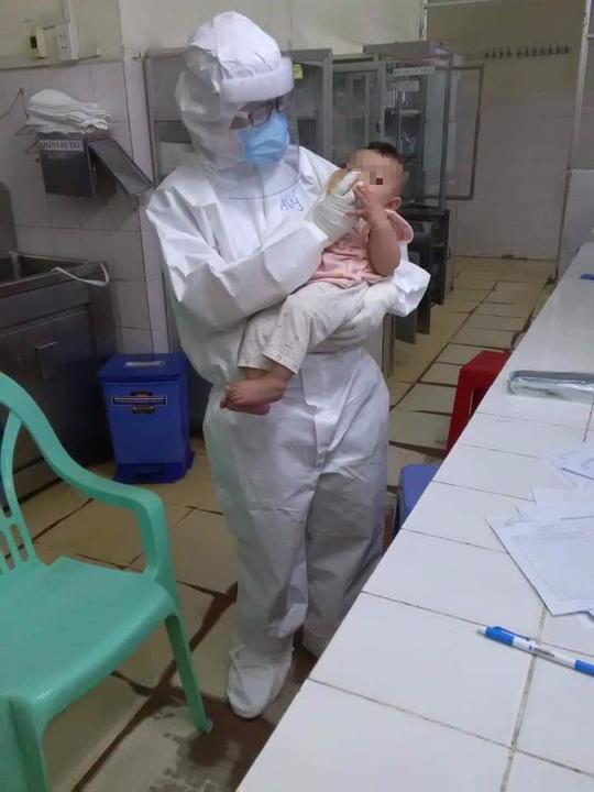 Xúc động nữ bác sĩ vắt sữa nuôi bệnh nhi Covid-19 xa mẹ - Ảnh 1.