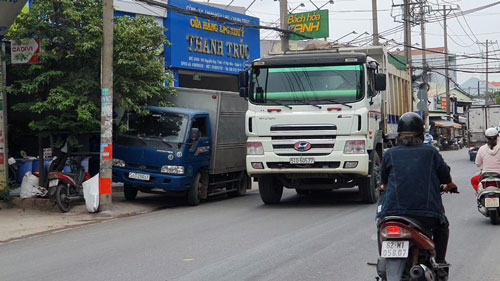 Xe tải nặng lại tung hoành vào giờ cấm (*): Lý lẽ của người trong cuộc - Ảnh 1.