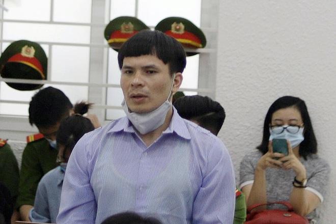 Hình ảnh khác lạ khó nhận ra của Quang Rambo tại tòa so với lúc bị bắt - Ảnh 1.