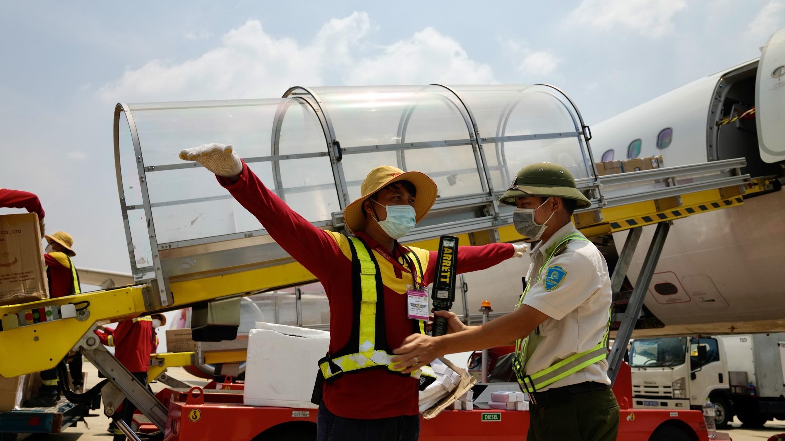 Nhân viên hàng không đẫm mồ hôi trên nền bê tông nóng bỏng 56 độ C - Ảnh 4.