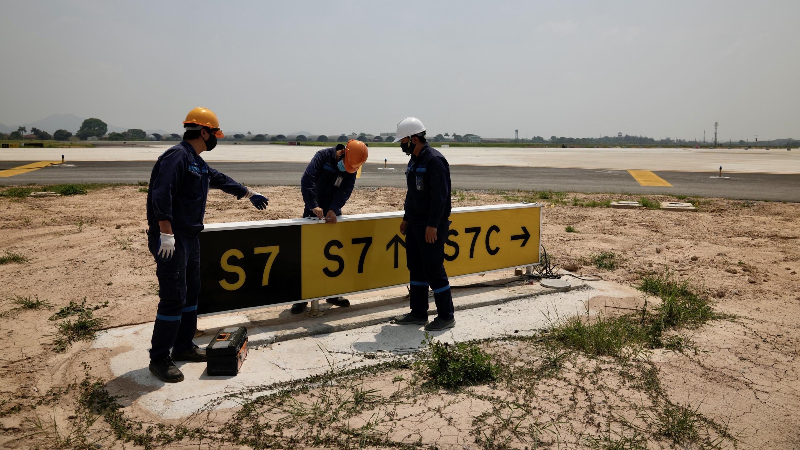 Nhân viên hàng không đẫm mồ hôi trên nền bê tông nóng bỏng 56 độ C - Ảnh 8.