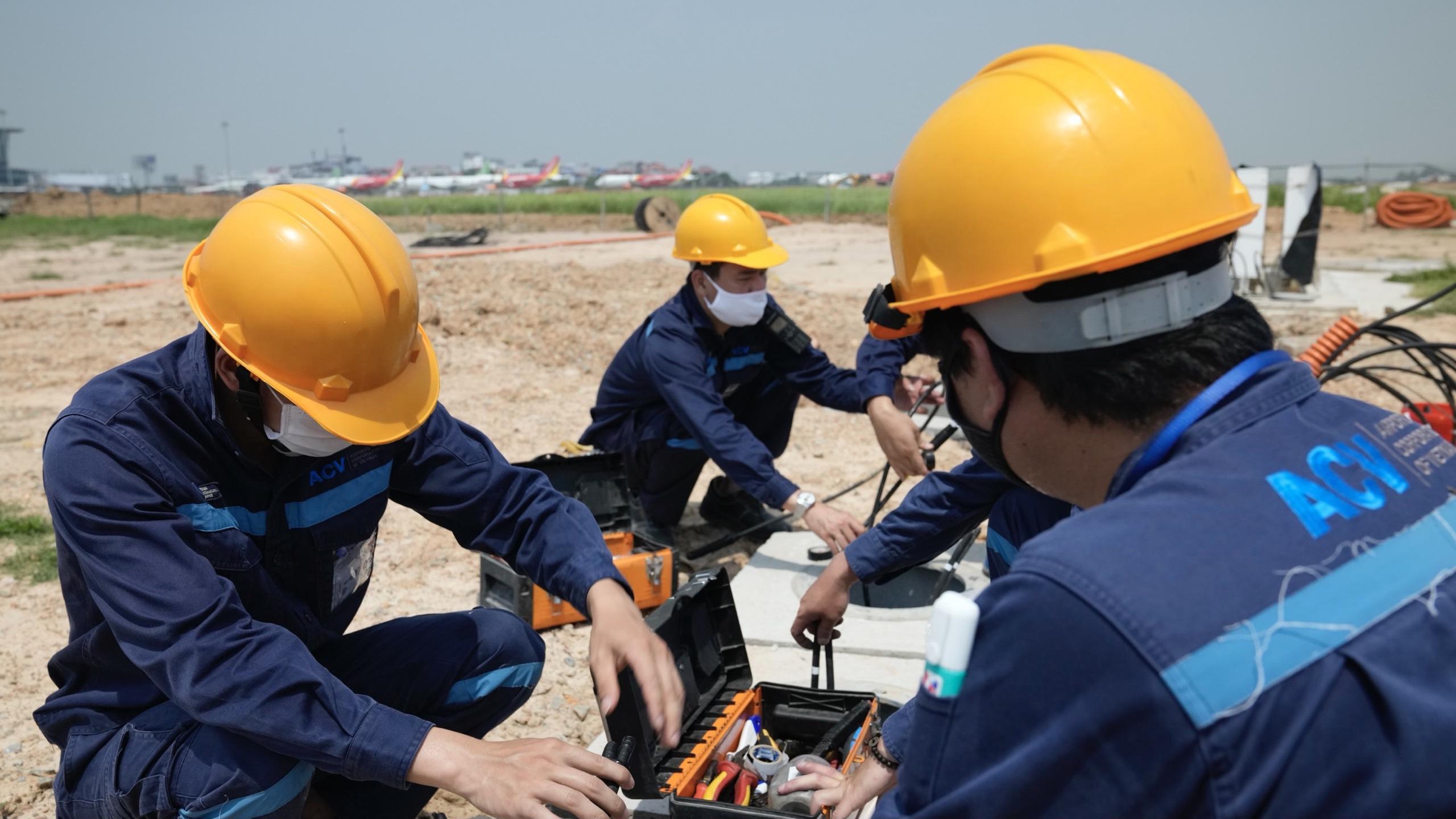 Nhân viên hàng không đẫm mồ hôi trên nền bê tông nóng bỏng 56 độ C - Ảnh 11.