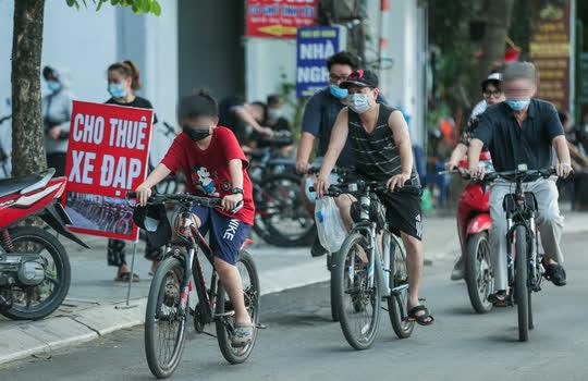 CLIP: Dịch vụ cho thuê xe đạp ở hồ Tây kiếm tiền triệu mỗi ngày - Ảnh 2.