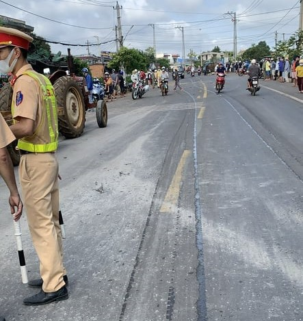 CLIP: Tai nạn liên hoàn làm ít nhất 2 người chết, nhiều người nguy kịch - Ảnh 2.