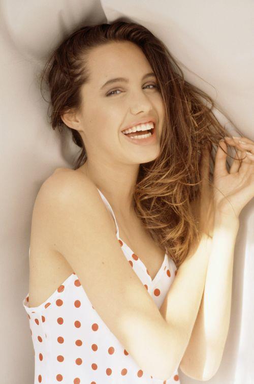 Nhan sắc không tì vết của Angelina Jolie thời trẻ - Ảnh 1.