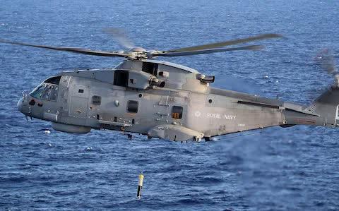 Anh cử trực thăng thả phao âm săn tàu ngầm Nga - Ảnh 1.