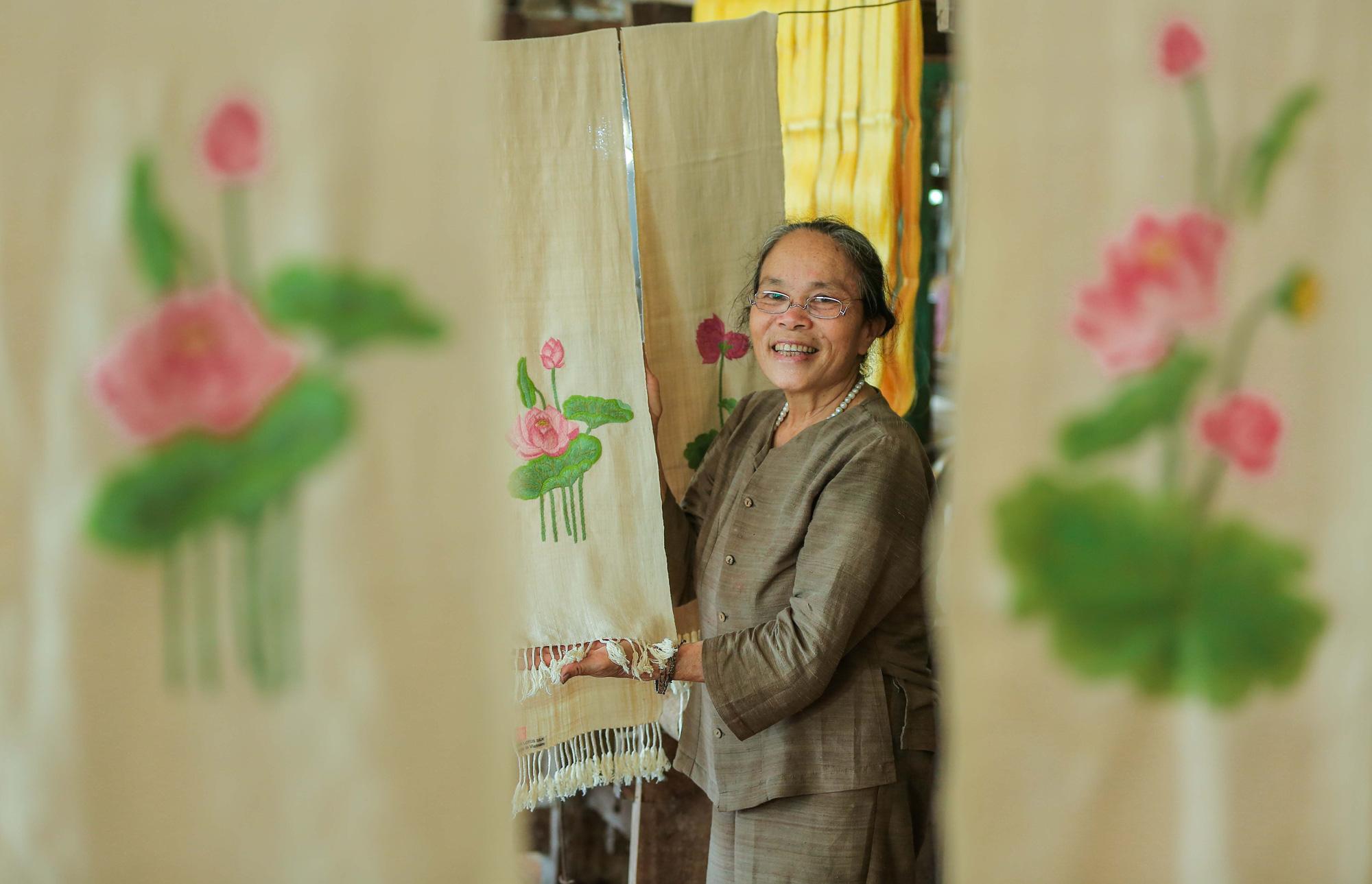 Chiêm ngưỡng các công đoạn dệt lụa bằng tơ sen độc đáo ở Việt Nam - Ảnh 12.