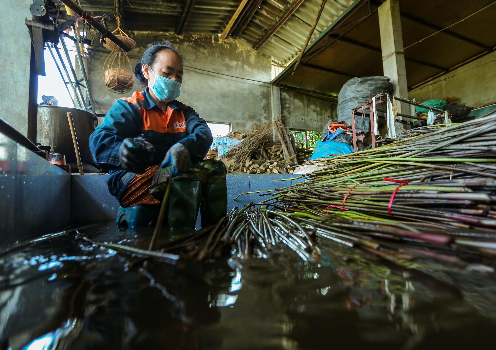 Chiêm ngưỡng các công đoạn dệt lụa bằng tơ sen độc đáo ở Việt Nam - Ảnh 4.