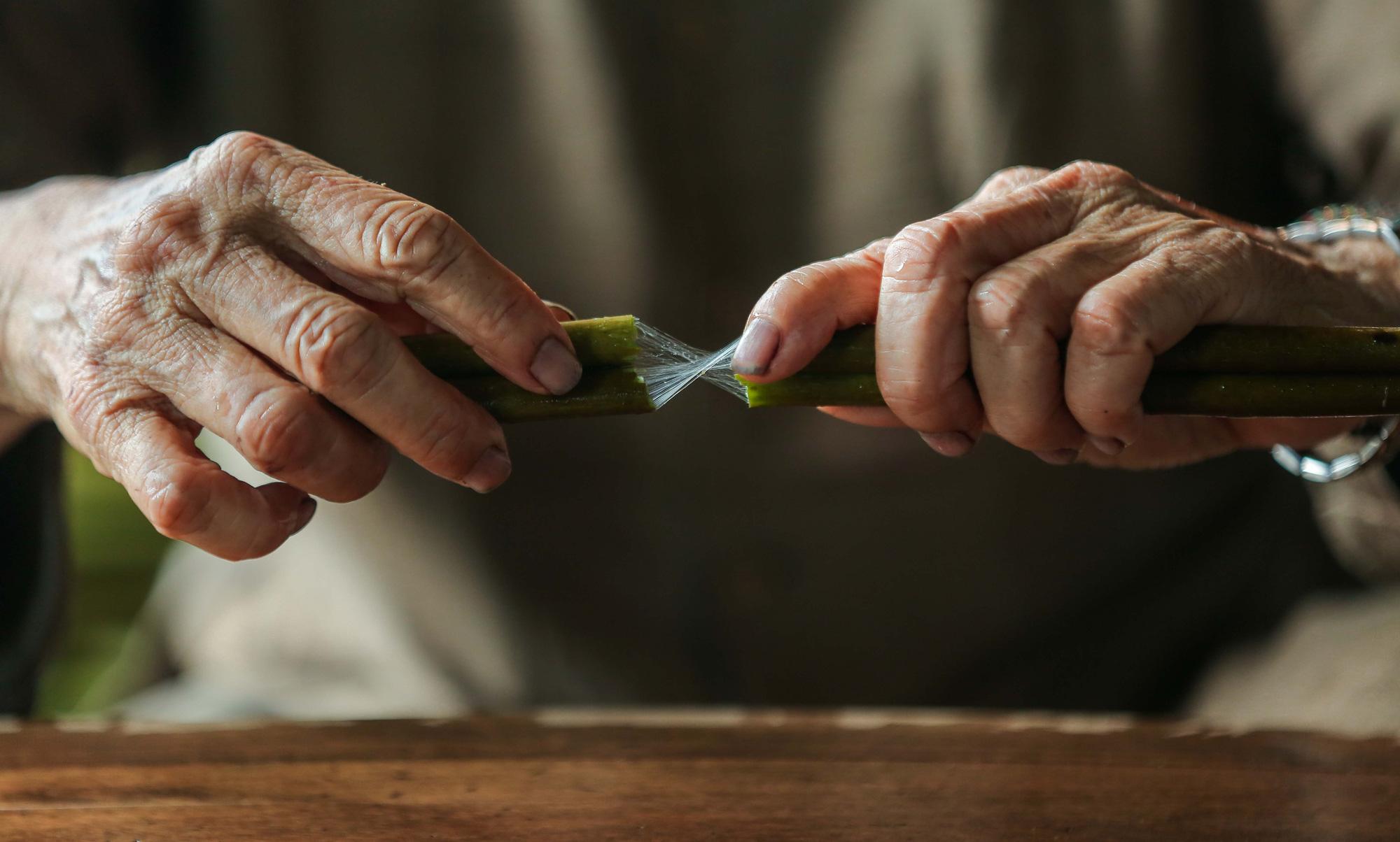 Chiêm ngưỡng các công đoạn dệt lụa bằng tơ sen độc đáo ở Việt Nam - Ảnh 6.