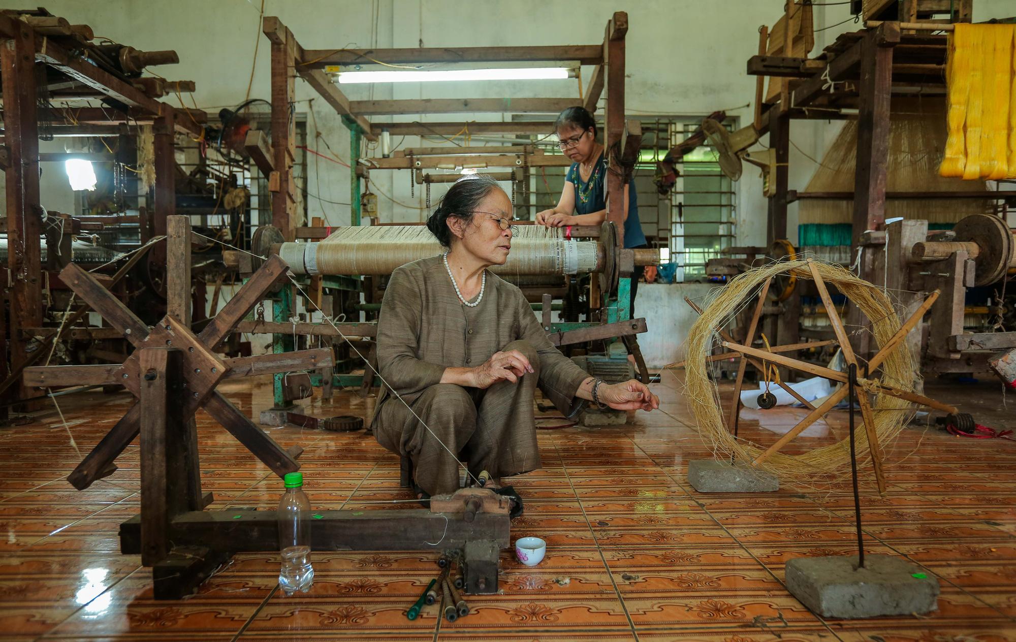 Chiêm ngưỡng các công đoạn dệt lụa bằng tơ sen độc đáo ở Việt Nam - Ảnh 9.