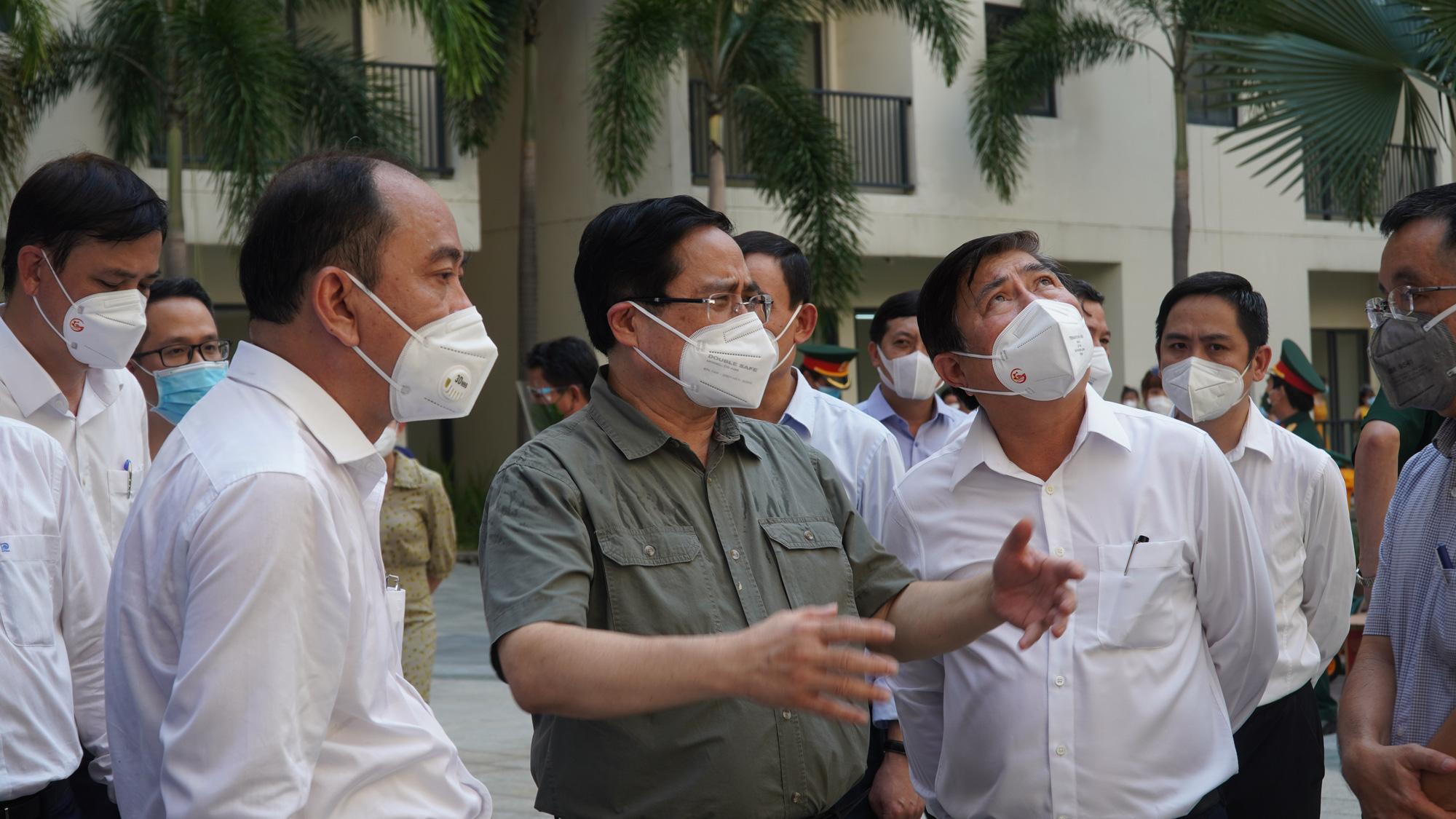 Thủ tướng Phạm Minh Chính trực tiếp kiểm tra chống dịch tại TP HCM - Ảnh 2.