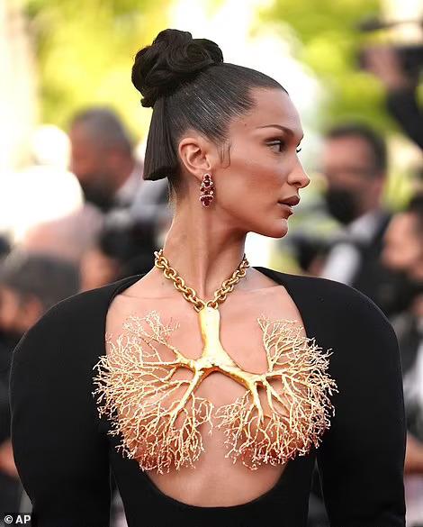 Siêu mẫu Bella Hadid lấy vàng... che ngực trần - Ảnh 3.