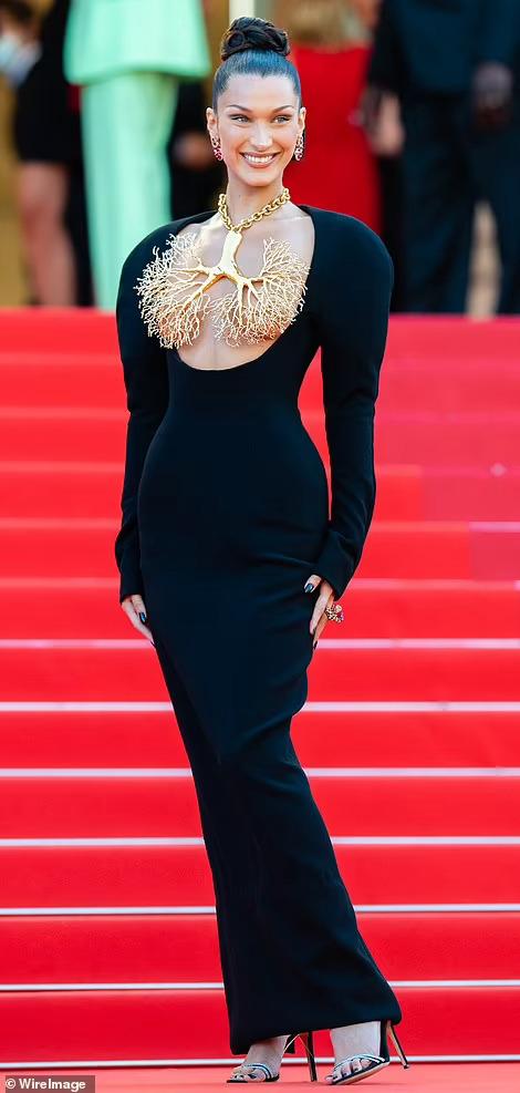 Siêu mẫu Bella Hadid lấy vàng... che ngực trần - Ảnh 5.