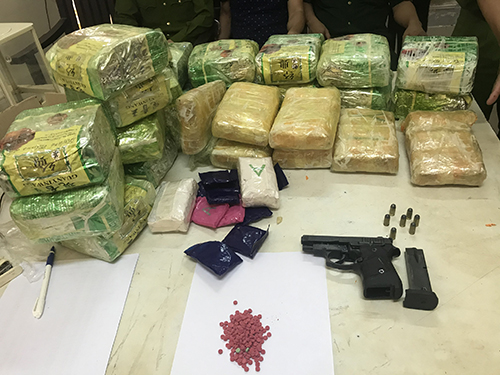 Vận chuyển gần 27 kg ma túy, rút súng quân dụng chống trả khi bị vây bắt - Ảnh 2.