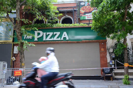 Cận cảnh phong toả quán Pizza có ca F0 phức tạp là đầu bếp kiêm shipper - Ảnh 2.