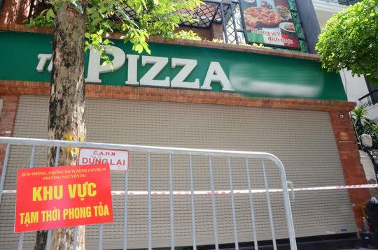 Cận cảnh phong toả quán Pizza có ca F0 phức tạp là đầu bếp kiêm shipper - Ảnh 3.