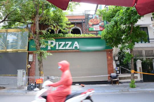 Cận cảnh phong toả quán Pizza có ca F0 phức tạp là đầu bếp kiêm shipper - Ảnh 8.