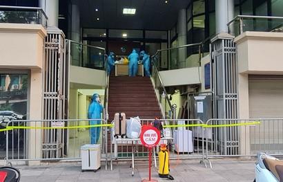 Nữ nhân viên ngân hàng đi viện khám thì phát hiện dương tính SARS-CoV-2, chưa rõ nguồn lây - Ảnh 1.