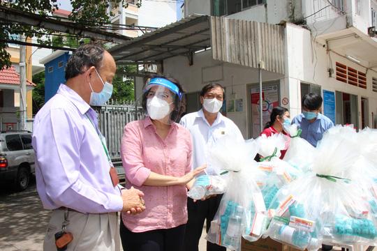 TP HCM tổ chức 12 đoàn đến các bệnh viện điều trị Covid-19 và khu cách ly - Ảnh 3.