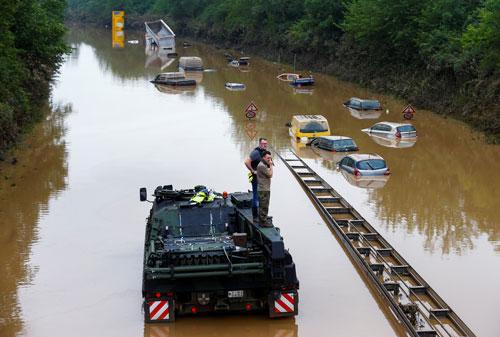 Lời cảnh báo đằng sau mưa lũ ở Tây Âu - Ảnh 1.