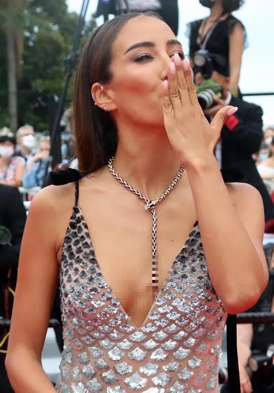 """Mốt """"thả rông"""" tiếp tục được chuộng trên thảm đỏ Cannes 2021 - Ảnh 2."""