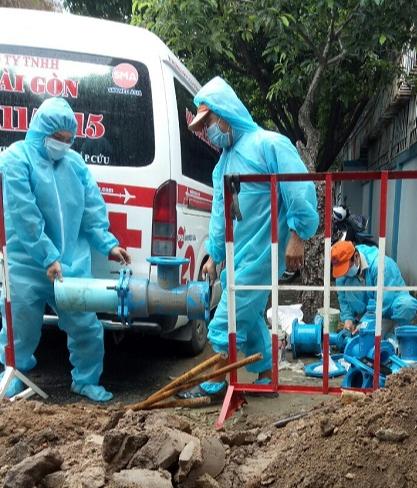 SAWACO: Nỗ lực cung cấp nước sạch cho các khu cách ly dịch bệnh trên địa bàn Quận 10 TP HCM - Ảnh 1.
