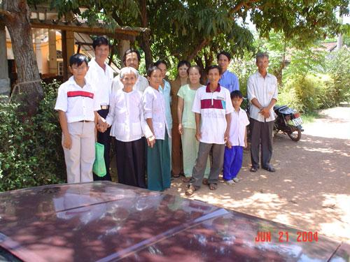 Bà Ngô Thị Khướu (hàng đầu, thứ 2 từ trái sang) cùng con cháu sum vầy sau ngày thống nhất