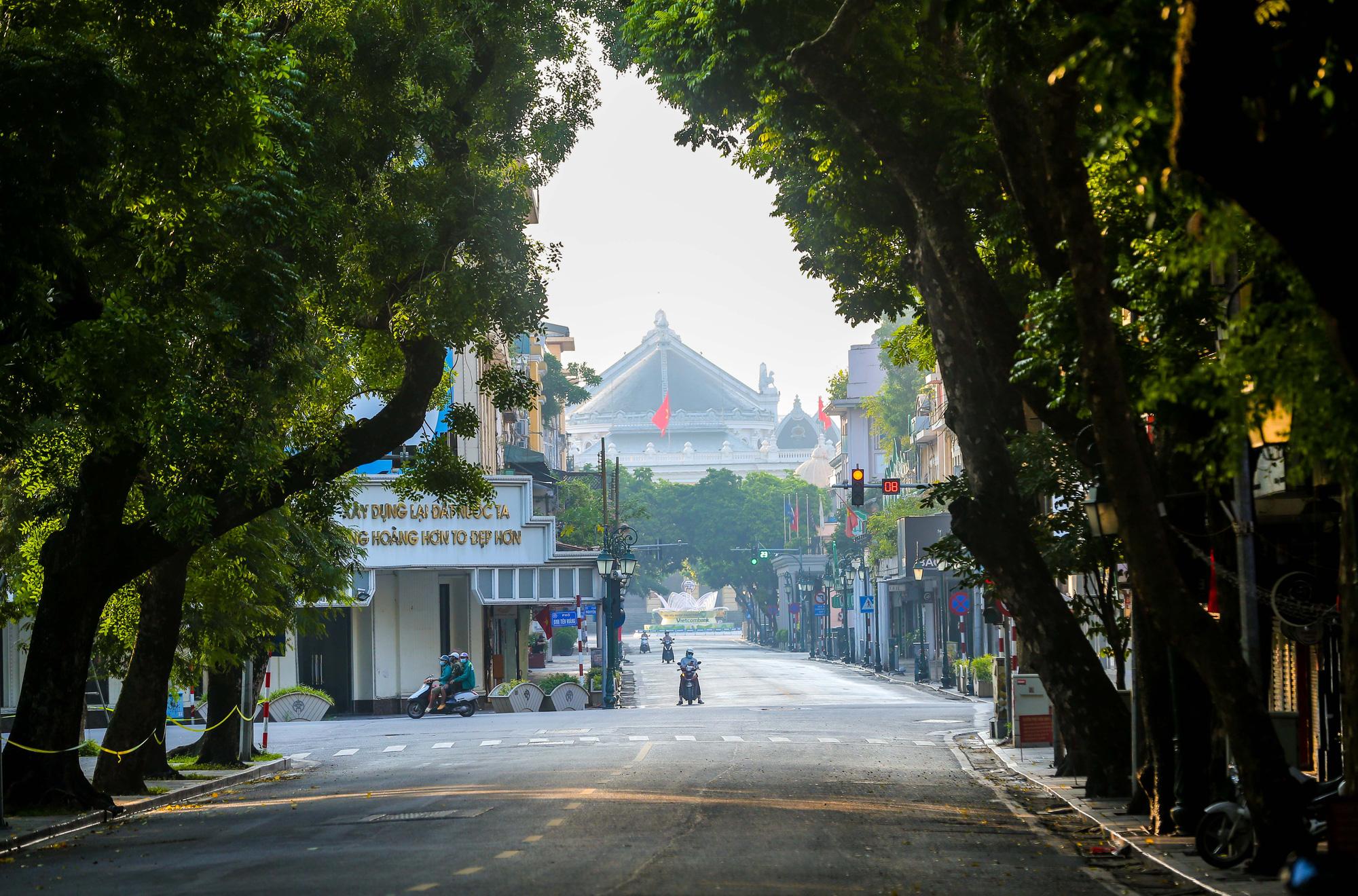 Nhịp sống vắng lặng lạ thường ở Hà Nội ngày đầu tiên thực hiện Chỉ thị 16 - Ảnh 2.