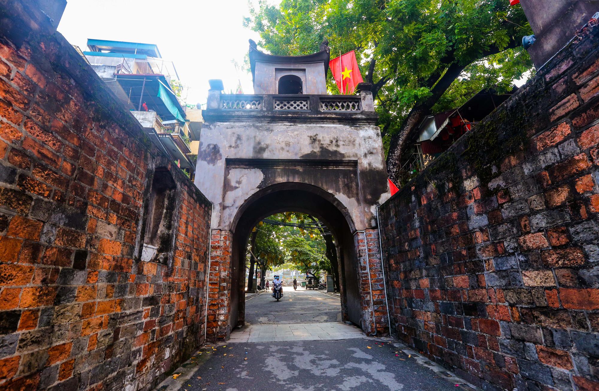 Nhịp sống vắng lặng lạ thường ở Hà Nội ngày đầu tiên thực hiện Chỉ thị 16 - Ảnh 9.