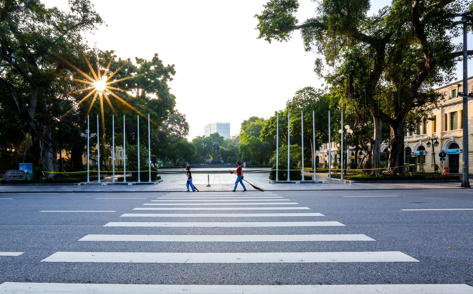 Nhịp sống vắng lặng lạ thường ở Hà Nội ngày đầu tiên thực hiện Chỉ thị 16 - Ảnh 6.