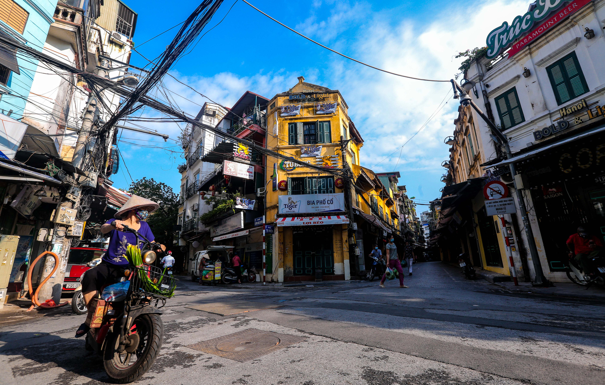 Nhịp sống vắng lặng lạ thường ở Hà Nội ngày đầu tiên thực hiện Chỉ thị 16 - Ảnh 11.