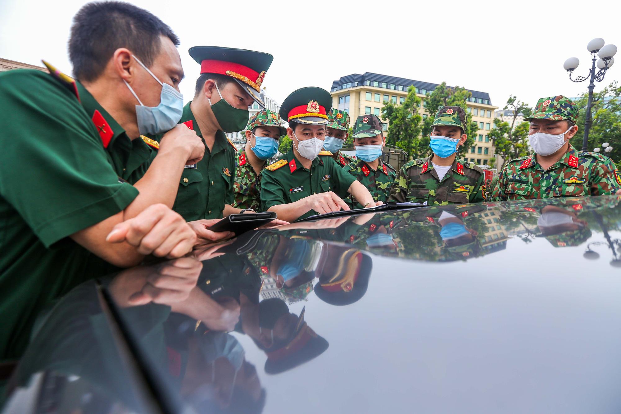 15 xe đặc chủng ra quân phun khử khuẩn ở thành phố Hà Nội - Ảnh 3.