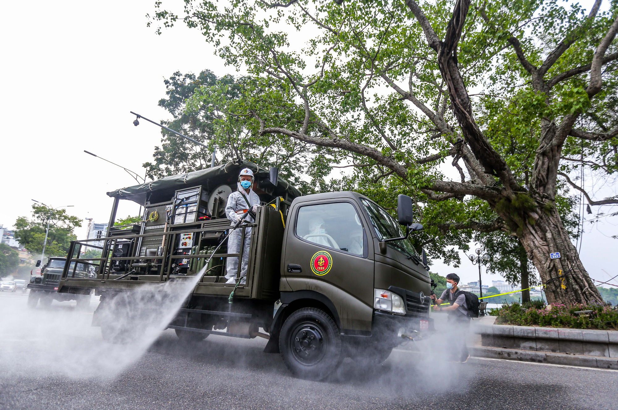 15 xe đặc chủng ra quân phun khử khuẩn ở thành phố Hà Nội - Ảnh 13.