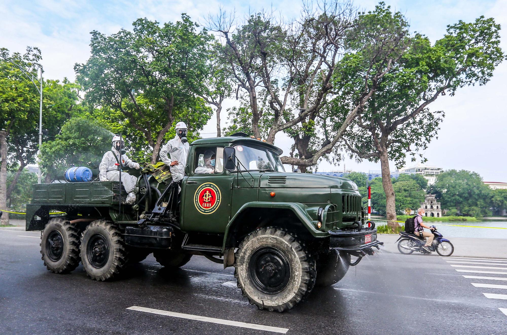 15 xe đặc chủng ra quân phun khử khuẩn ở thành phố Hà Nội - Ảnh 14.