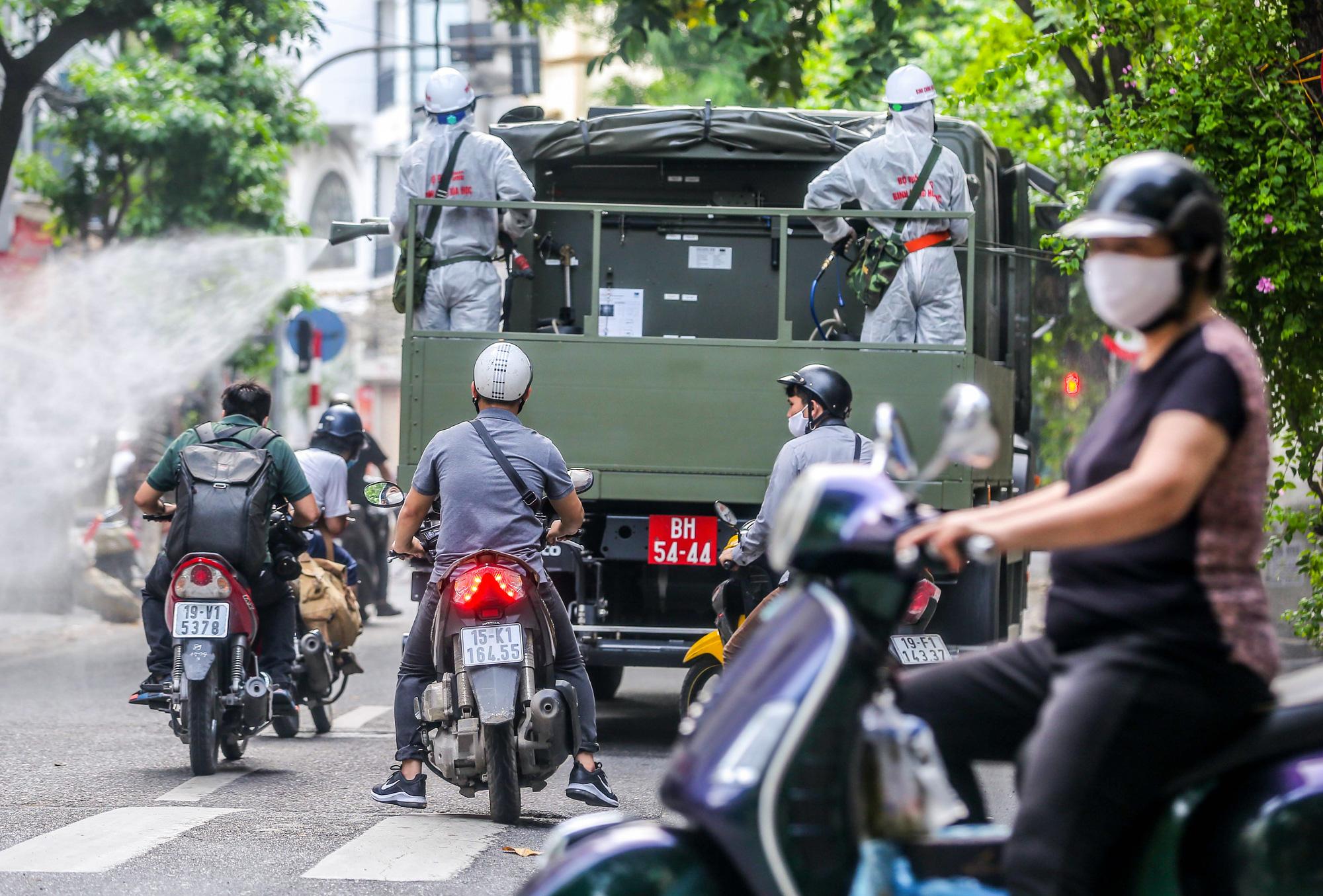 15 xe đặc chủng ra quân phun khử khuẩn ở thành phố Hà Nội - Ảnh 16.