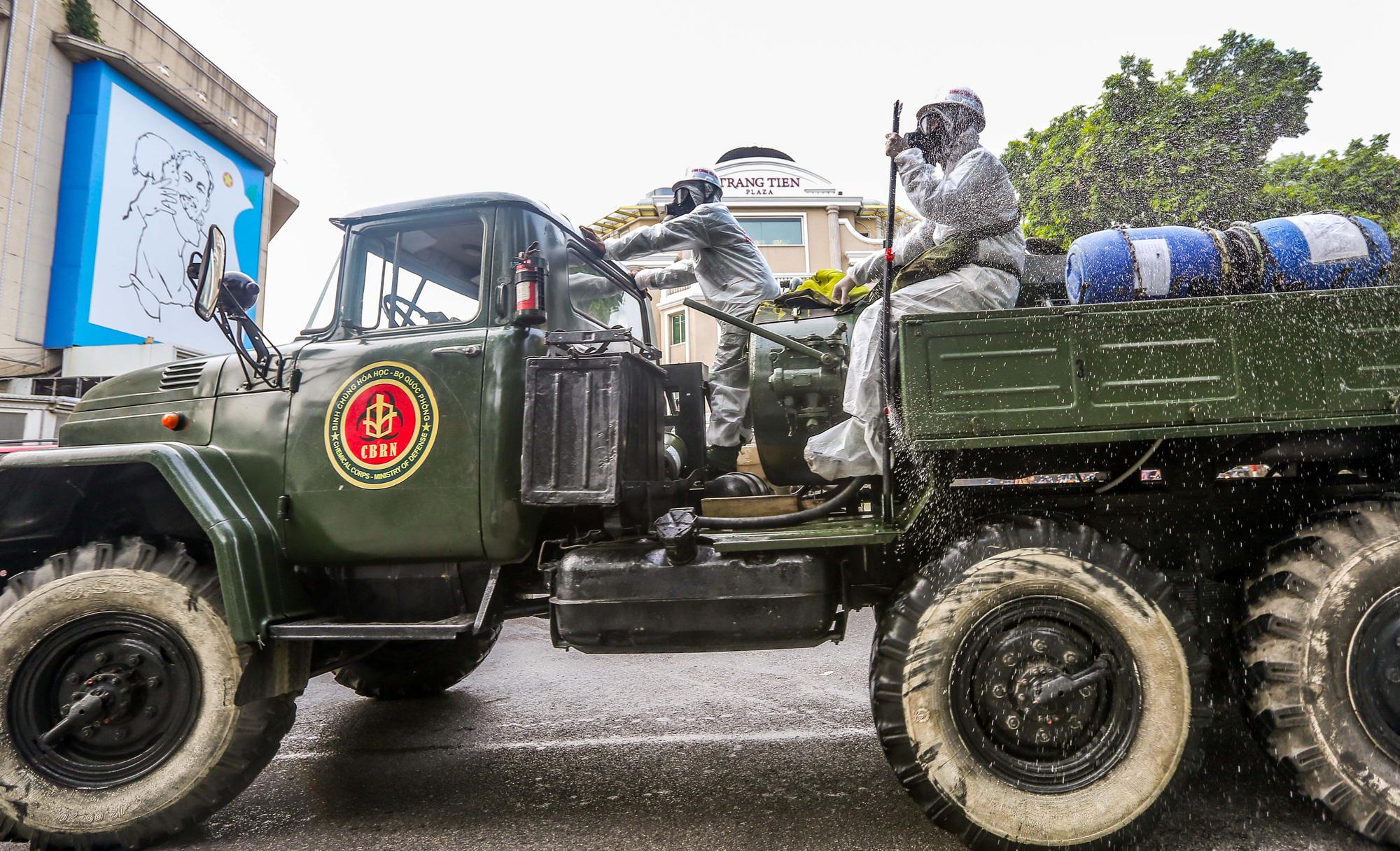 15 xe đặc chủng ra quân phun khử khuẩn ở thành phố Hà Nội - Ảnh 12.