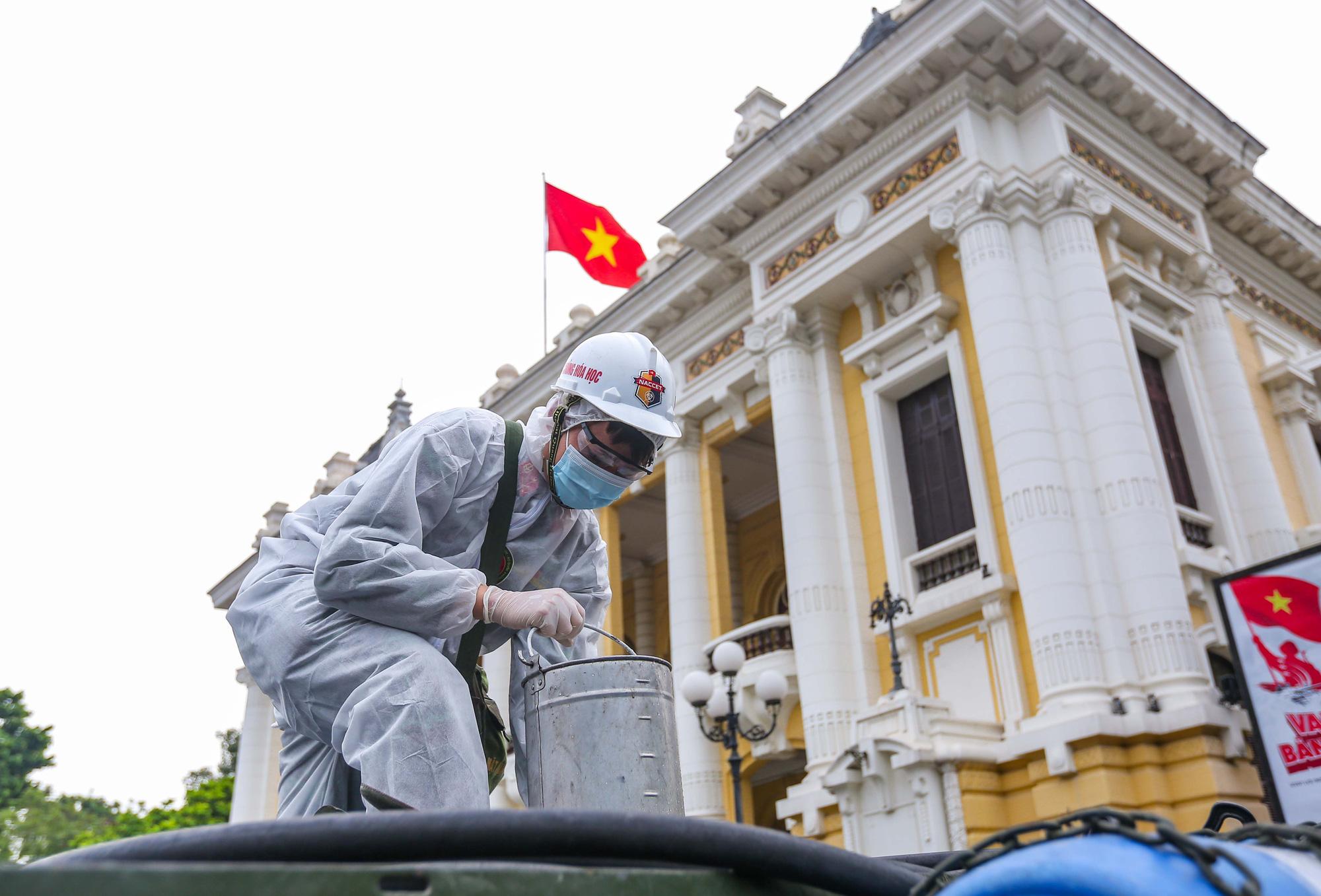 15 xe đặc chủng ra quân phun khử khuẩn ở thành phố Hà Nội - Ảnh 4.
