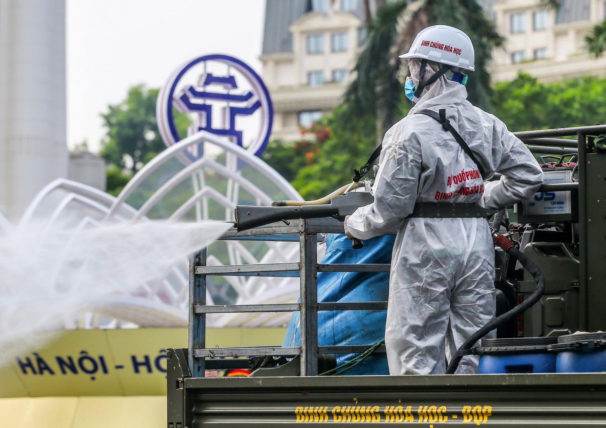 15 xe đặc chủng ra quân phun khử khuẩn ở thành phố Hà Nội - Ảnh 9.