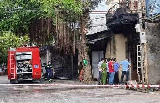 Vợ chồng chủ cửa hàng tạp hóa chết trong đám cháy, trên người có nhiều vết đâm - Ảnh 1.
