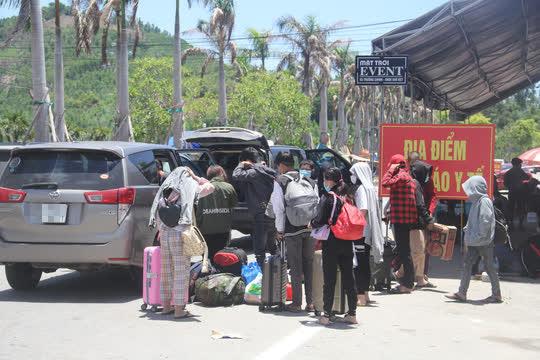 Người dân dựng lều bạt giữa dải phân cách tránh nắng chờ khai báo y tế, đưa đi cách ly - Ảnh 18.