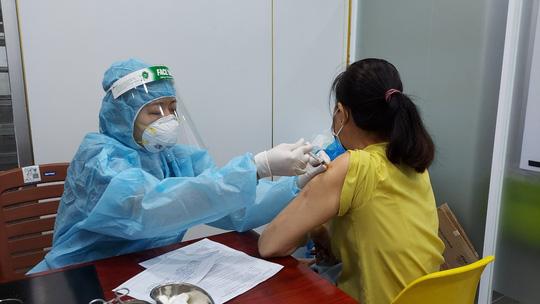 TP HCM sẽ tiêm vắc-xin phòng Covid-19 sau 18 giờ trong những ngày sắp tới - Ảnh 1.